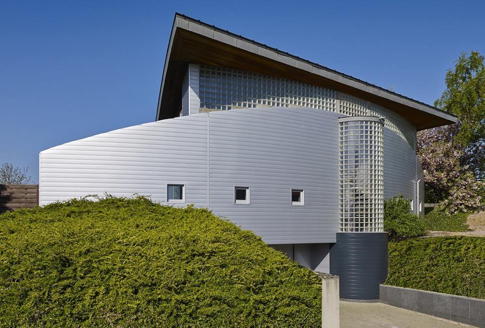 Paneele im Einsatz -Fassadenprofil in Aluminiumoptik