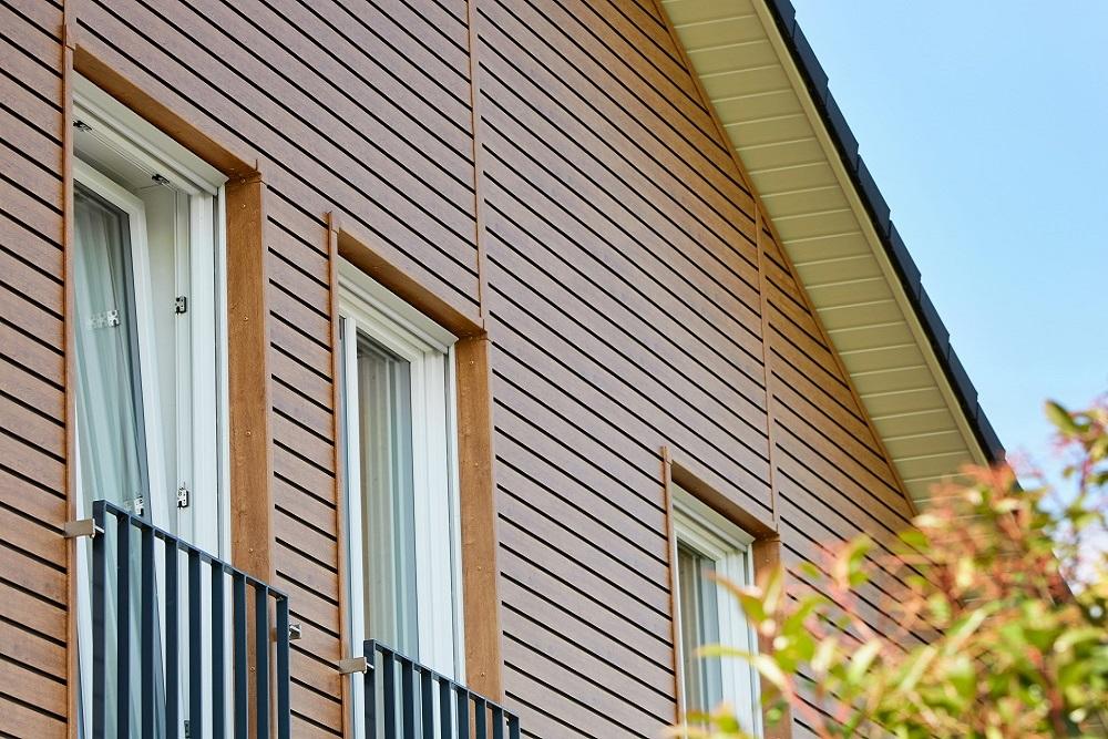 Dekora Leibungsprofile und Fassade in Rustic Cherry