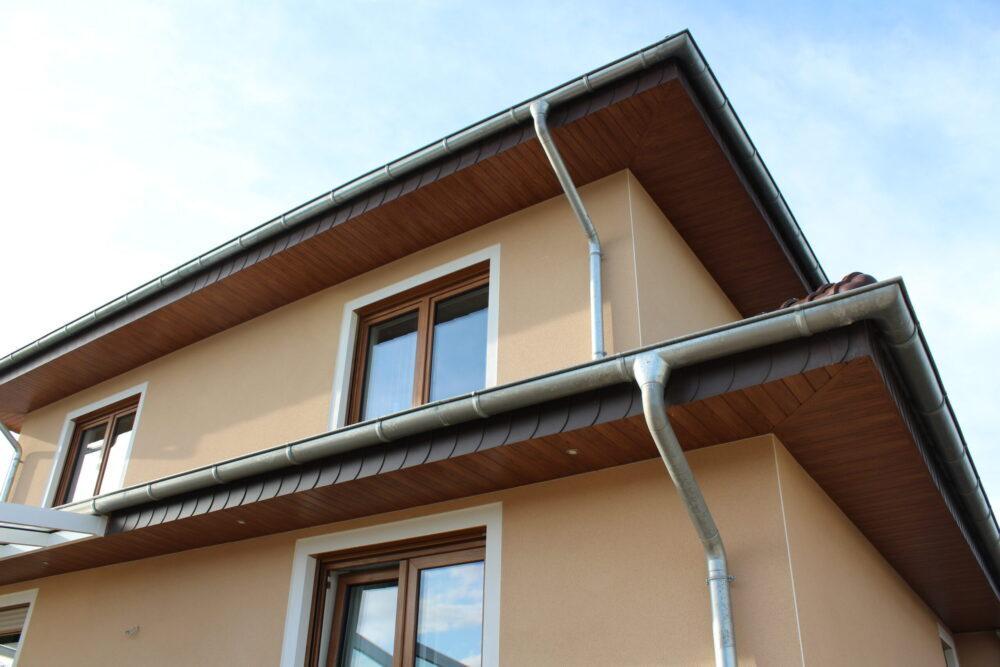 Holzoptik - Dachrand aus Kunststoff